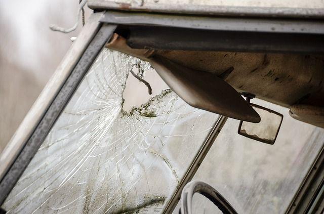 זכוכית רכב מנופצת